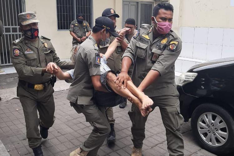 Satpol PP Denpasar mengamankan warga Jerman