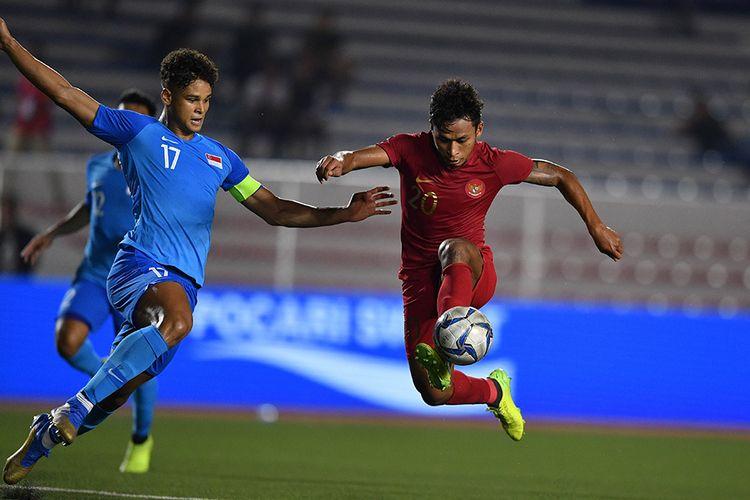 Pemain Timnas U-22 Indonesia Osvaldo Haay (kanan) mengontrol bola dibayangi pemain Timnas Singapura Irfan Fandi Ahmad dalam pertandingan Grup B SEA Games 2019 di Stadion Rizal Memorial, Manila, Filipina, Kamis (28/11/2019). Indonesia mengalahkan Singapura dengan skor 2-0.