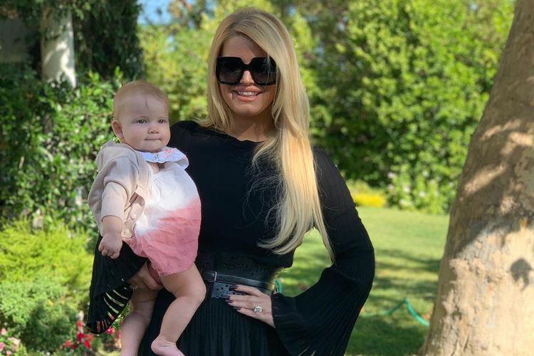 Penyanyi Jessica Simpson berhasil menurunkan bobot sebanyak 45 kg usai melahirkan anak ketiganya.