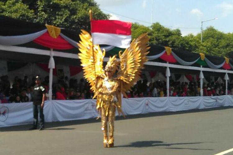 Putri Indonesia 2017 Bunga Jelitha Ibrani mengenakan kostum Garuda Emas saat tampil di Jember Fashion Carnaval (JFC) di Jember, Jawa Timur, Minggu (13/8/2017).