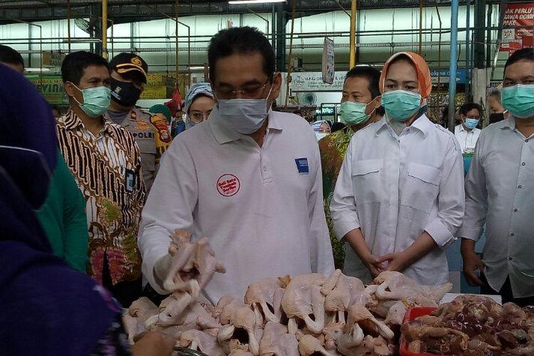 Menteri Perdagangan Agus Suparmanto didampingi Wali Kota Tangerang Selatan Airin Rachmi Diany mendatangi pasar Modern BSD yang berlokasi di Jalan Letnan Soetopo, Serpong, Tangerang Selatan, Sabtu (23/5/2020). Kedatangan bertujuan meninjau harga pangan yang meroket ditengah Covid-19 dan menjelang lebaran.