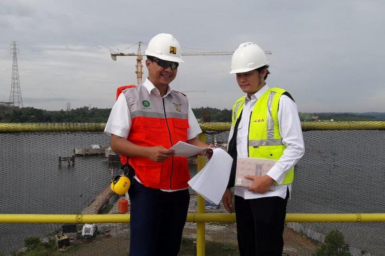 Kepala Satuan Kerja Pelaksanaan Jembatan Pulau Balang Edwin Suratman tengah berbincang dengan Pejabat Pembuat Komitmen (PPK) Pembangunan Jembatan Pulau Balang Bismo Seno, Kamis (6/9/2018).