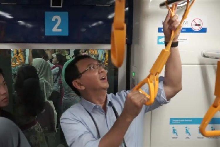 Mantan Gubernur DKI Jakarta Basuki Tjahaja Purnama (BTP) atau Ahok saat menaiki MRT Jakarta.