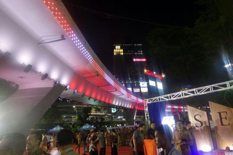 Lampu Simpang Susun Semanggi bernuansa merah putih setelah diresmikan Presiden RI Joko Widodo, Kamis (17/8/2017).