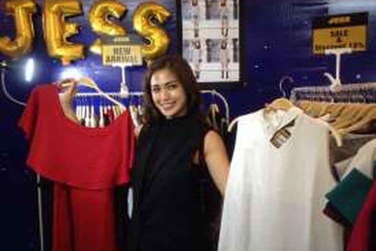 Artis peran yang juga pembawa acara, Jessica Iskandar saat berpose di depan bisnis lini pakaian miliknya di Grand Indonesia, Tanah Abang, Jakarta Pusat, Minggu (1/5/2016).