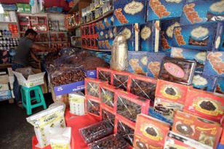 Pedagang menyusun buah kurma di kawasan pasar Tanah Abang, Jakarta, Rabu (10/7/2013). Permintaan kurma pada bulan puasa mulai meningkat. Kurma dijual dari harga Rp 35.000 hingga Rp 350.000 per kilogramnya.