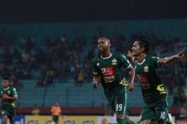 Pemain Bhayangkara Surabaya United merayakan gol ke gawang Persib Bandung dalam laga Torabika Soccer Championship 2016 di Sidoarjo, Sabtu (11/6/2016).