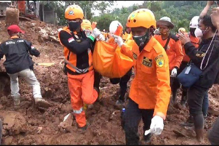 Petugas mengevakuasi jenazah yang ditemukan di reruntuhan bangunan, Selasa (16/2/2021).