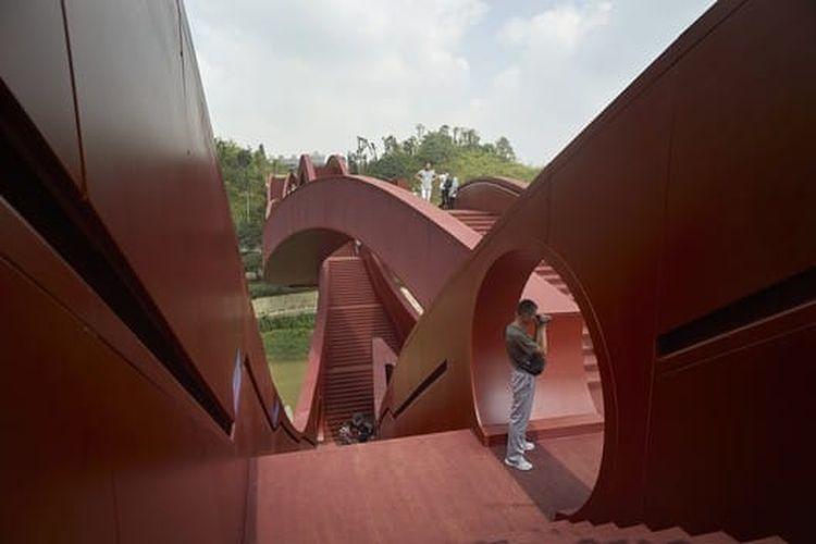 Dirancang sepanjang 185 meter dengan tinggi 24 meter, jembatan ini dianggap sebagai perspektif baru dalam dunia konstruksi.