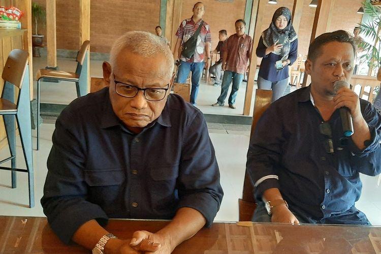 Ketua DPW NasDem DIY Subardi (Memakai Kacamata)Saat Memberikan Keterangan Pers di Wonosari, Gunungkidul Kamis (23/1/2020)
