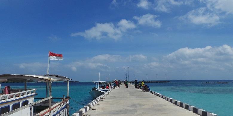 Beberapa perahu kayu merapat di Pelabuhan Karimun Jawa, Jepara, Jawa Tengah, Minggu (19/7/2015). Perahu kayu di Karimun Jawa akan mengantarkan wisatawan untuk snorkeling, menyelam, atau sekedar mengunjungi pulau-pulau kecil di Karimun Jawa.