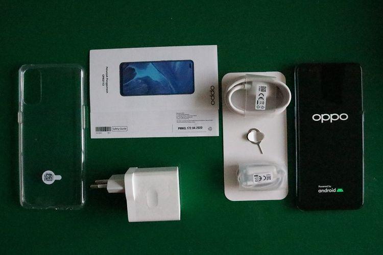 Isi kotak kemasan Oppo Reno4 terdiri dari sebuah unit ponsel, kepala charger, kabel pengisi daya dengan konektor USB type C, earphone dengan konektor 3,5 mm, SIM ejektor, softcase, buku panduan dan kartu garansi.