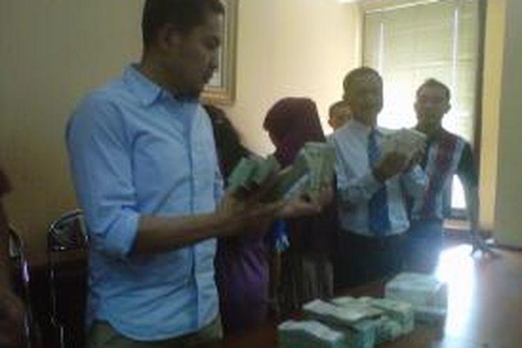 Barang bukti mata uang asing yang dicuri oleh 2 orang pembantu rumah tangga, HKD 2,8 juta ,KWD 1420,75, BHD 1090,5, OMR 1170,5, SAR 293,500, USD 19.070, QAR 24.324, AED 1715, JOD 1122.