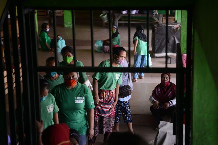 Buruh gendong bersiap mengambil bantuan paket bahan pokok dari Yayasan Dana Kemanusiaan Kompas (DKK) di Pasar Giwangan, Yogyakarta, Jumat (15/5/2020).  Bantuan tersebut disalurkan melalui Yayasan Annisa Swasti kepada 434 buruh gendong di Pasar Giwangan, Beringharjo, Kranggan, dan Gamping. Bantuan tersebut diberikan untuk membantu para buruh gendong menjalani kondisi serba terbatas selama pandemi Covid-19.      KOMPAS/FERGANATA INDRA RIATMOKO