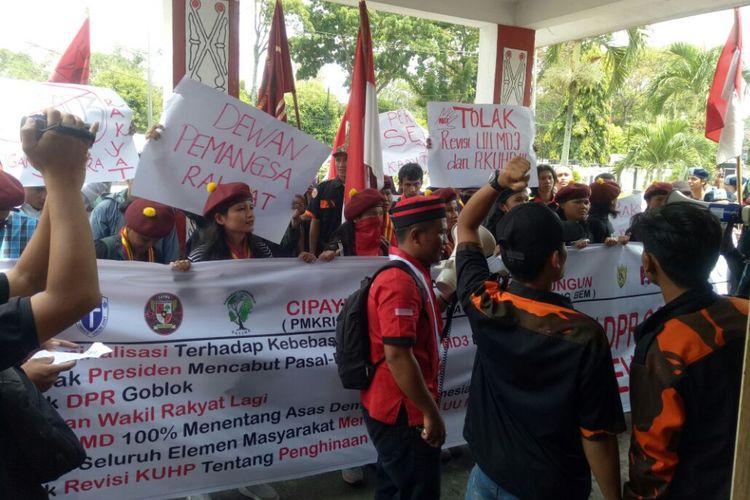 Aksi unjuk rasa mahasiswa dan pemuda yang tergabung dalam Cipayung Plus di depan Gedung DPRD Pematang Siantar, Jalan Haji Adam Malik, Senin (26/2/2018).