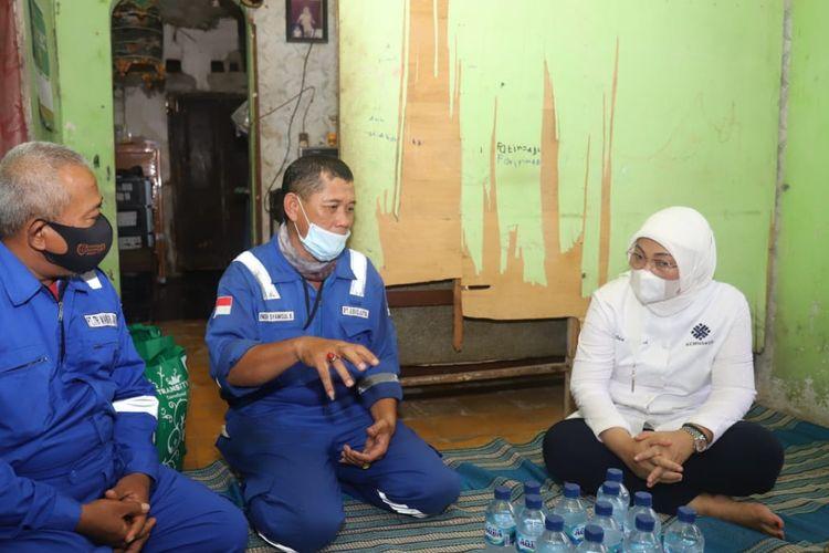 Menteri Ketenagakerjaan Republik Indonesia Ida Fauziah saat berbincang dengan mantan karyawan swasta korban PHK yang mendapatkan bantuan subsidi upah (BSU) di Indramayu, Jawa Barat, Rabu (21/10/2020).