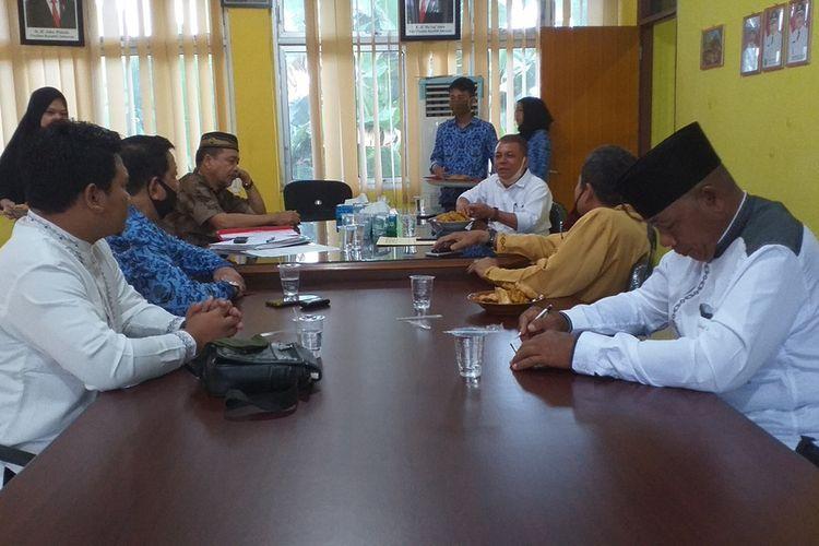 Dewan Pendidikan Provinsi Riau saat mengadakan pertemuan dengan Dewan Pendidikan dan Dinas Pendidikan dan Kebudayaan Inhu, terkait pengunduran diri 64 kepala sekolah SMP negeri di Kabupaten Inhu, Riau, Jumat (17/7/2020).
