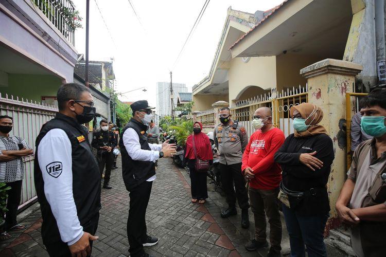 Wali Kota Surabaya Eri Cahyadi berkeliling di Kampung Simo Sidomulyo Kelurahan Petemon, Kecamatan Sawahan, di mana terdapat satu keluarga terkonfirmasi positif Covid-19.