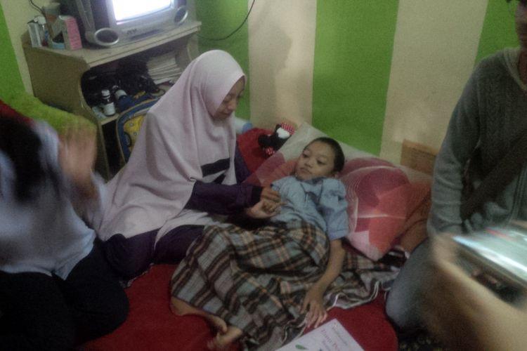 Muhammad Fahri Asidiq (11) dan ibunya Sri Astati Nursani (32)