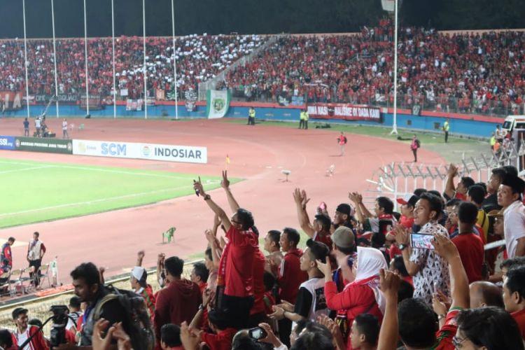 Suasana penonton pada pertandingan babak semifinal Piala AFF U-19 antara timnas Indonesia U-19 melawan timnas U-19 Malaysia di Stadion Delta Sidoarjo, Kamis (12/7/2018).