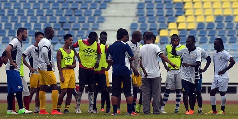 Pemain Indonesia Yongki Aribowo dan Achmad Jufriyanto ikut seleksi dengan Terengganu FA.