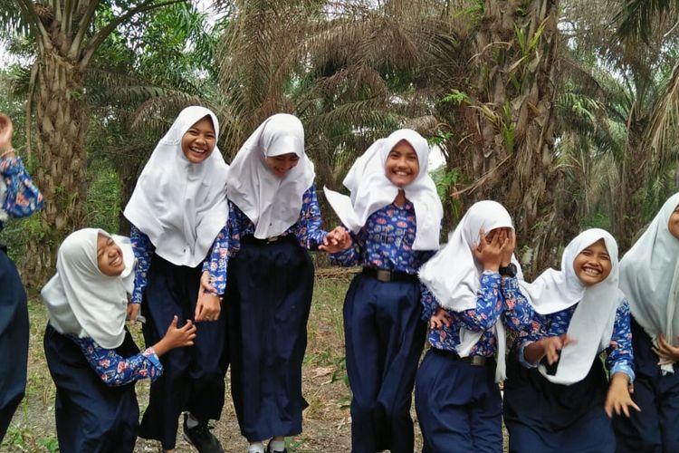 SMP Negeri 11 Batanghari sekolah kecil dengan 5 kelas dan terletak di atas tanah lebih dari 2 hektar, di pinggir kota Muara Bulian, Jambi lewat usaha mandiri kebun sawit yang dikelola guru dan siswa mampu memberikan seragam gratis bagi seluruh siswa baru.