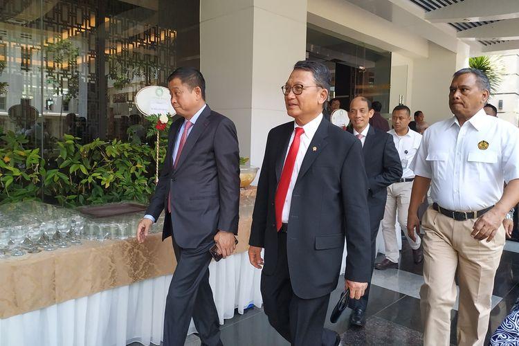 Menteri Energi dan Sumber Daya Mineral (ESDM) Arifin Tasrif(kiri) dan Ignasius Jonan (kanan) memberikan keterangan usai proses serah terima jabatan (Sertijab) di Ruang Sarulla, Gedung Chairul Saleh, Kementerian ESDM, Jakarta, Rabu (23/10/2019).