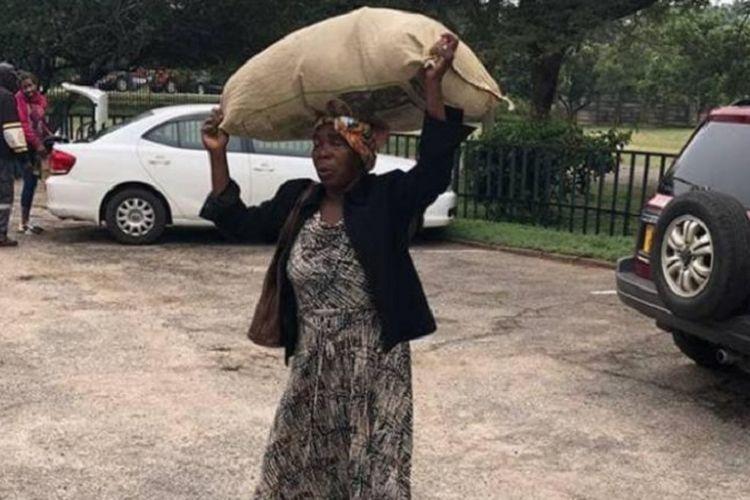 Foto Plexades Dilon (71) dengan karung penuh barang bantuan di kepalanya yang menyentuh hati orang terkaya di Zimbabwe.