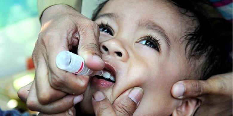 Seorang bocah mendapatkan imunisasi polio.
