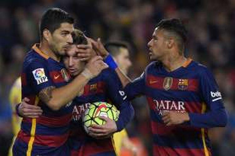 Tiga penyerang FC Barcelona, Luis Suarez, Lionel Messi (tengah), dan Neymar (kanan), merayakan gol ke gawang Sporting Gijon, dalam lanjutan La Liga di Stadion Camp Nou, 23 April 2016.