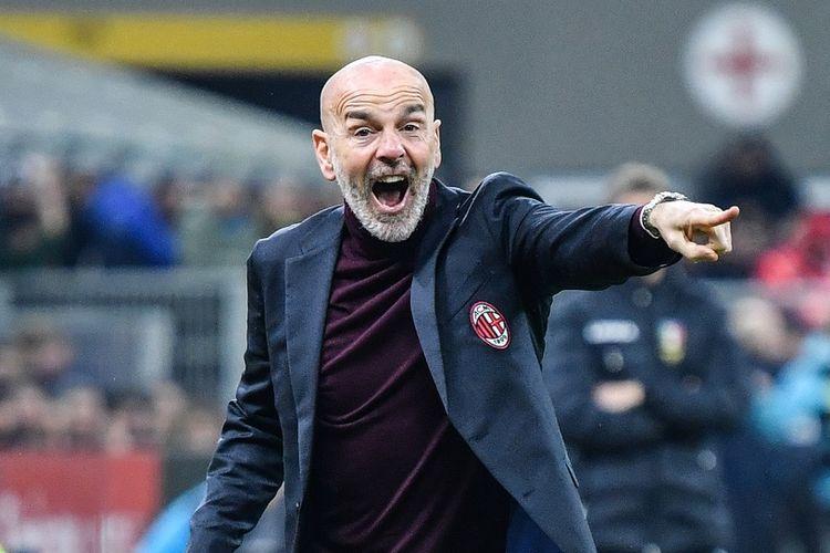 Pelatih AC Milan, Setafano Pioli, memberikan instruki kepada anak asuhnya pada leg pertama semifinal Coppa Italia kontra Juventus, 13 Februari 2020 di Stadion San Siro.