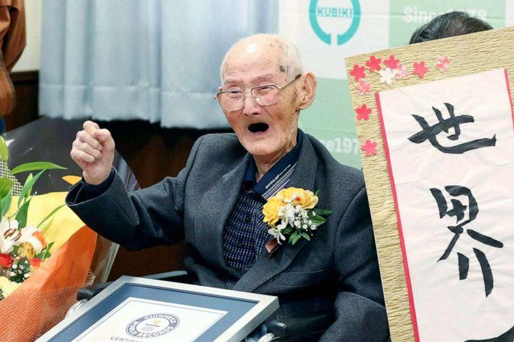 Chitetsu Watanabe (112) berpose bersama kaligrafi yang dia buat sendiri, setelah dianugerahi gelar pria tertua di dunia versi Guinness World Records, di Joetsu, prefektur Niigata, Jepang utara, Rabu (12/2/2020).