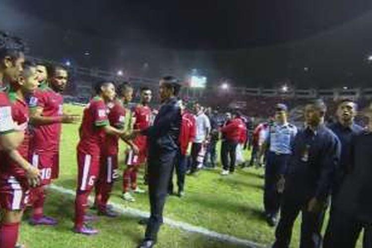 Presiden Joko Widodo menyelamati langsung para pemain timnas Indonesia seusai laga versus Vietnam di Stadion Pakansari, Sabtu (3/12/2016).