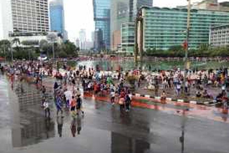 Warga DKI Jakarta tetap antusias beraktivitas di area Car Free Day, kawasan Bundaran HI, Jakarta, Minggu (24/1/2016).