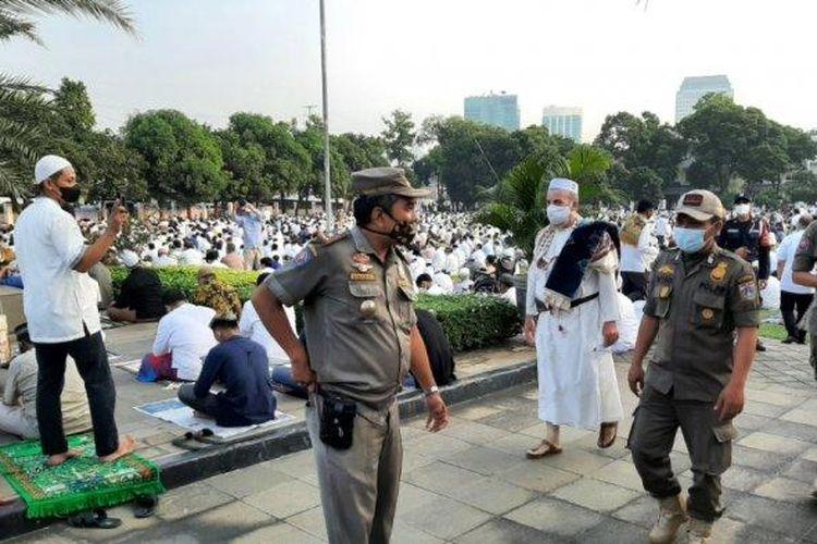 Satpol PP mengecek pelaksanaan Shalat Idul Fitri di Masjid Agung Al-Azhar, Kebayoran Baru, Jakarta Selatan, Kamis (13/5/2021).