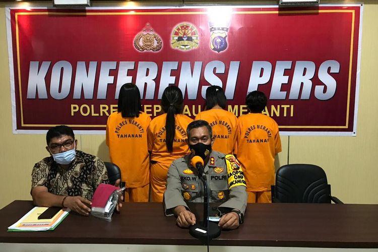 Kapolres Kepulauan Meranti AKBP Eko Wimpiyanto Hardjito melakukan konferensi pers pengungkapan kasus peredaran narkotika jenis sabu dengan empat orang wanita sebagai tersangka, Jumat (6/11/2020).