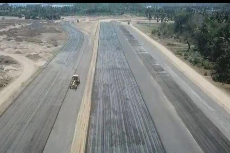 Trek lurus Sirkuit Mandalika, Lombok, NTB, yang memiliki panjang 700 meter dan lebar 15 meter. Hamparan krikil telah dipadatkan dan siap dilakukan pengaspalan pada Januari 2021.