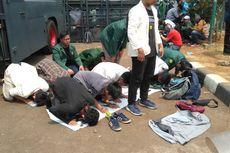 Demo di Gedung DPR, Mahasiswa Sholat Dzuhur Berjamaah Beralas Terpal