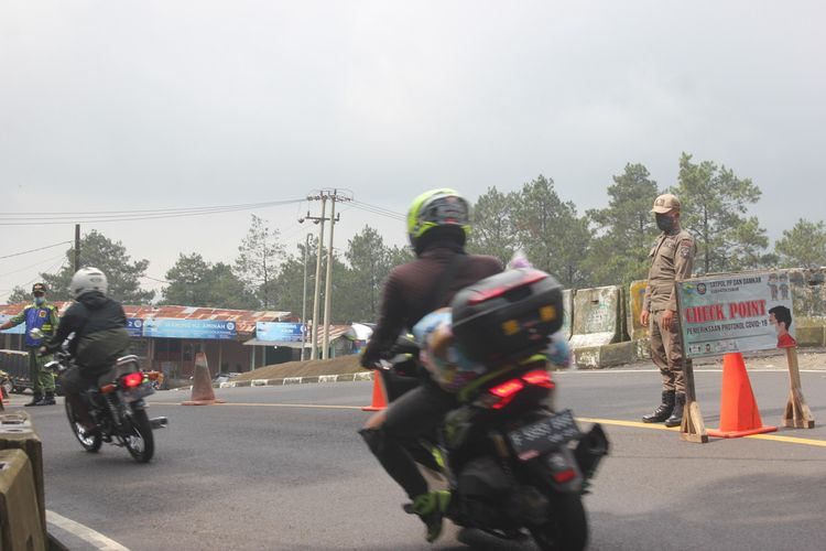 Petugas gabungan di Kabupaten Cianjur, Jawa Barat, meningkatkan pemeriksaan kendaraan di jalur Puncak terhadap kendaraan dari luar kota, Kamis (29/4/2021).