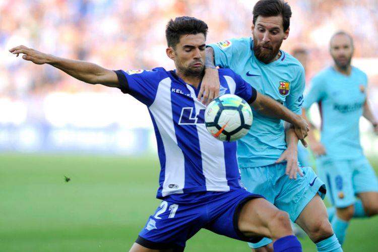 Lionel Messi dicegat Enzo Fernandez pada pertandingan Barcelona kontra Alaves, Sabtu (26/8/2017).