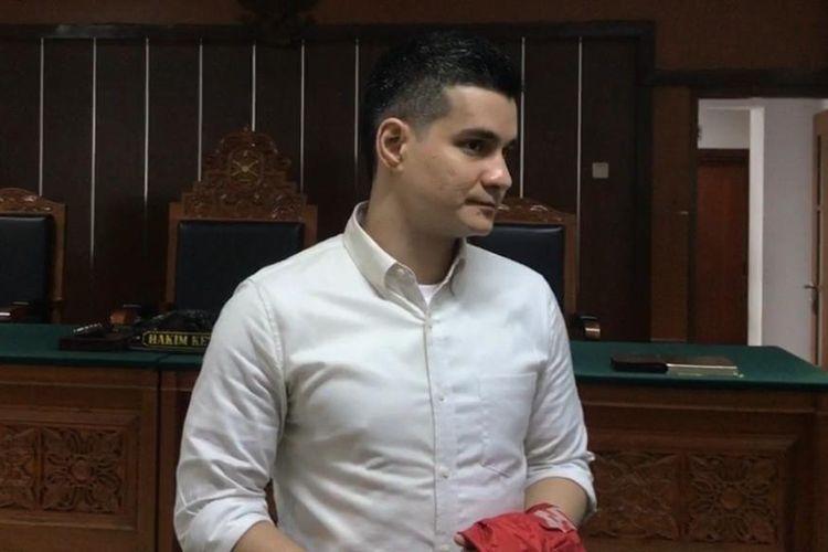 Terdakwa kasus dugaan penyalagunaan narkotika Steve Emmanuel mendengarkan tanggapan Jaksa penuntut umum di Pengadilan Negeri Jakarta Barat, Slipi, Senin (1/7/2019).