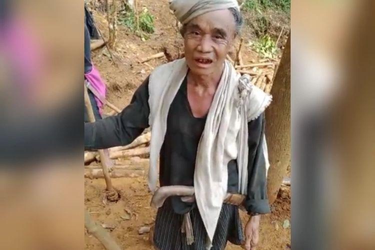 Warga Baduy menangis dan minta tolong ke pemerintah lantaran hutan sakralnya dirusak penambang emas liar.
