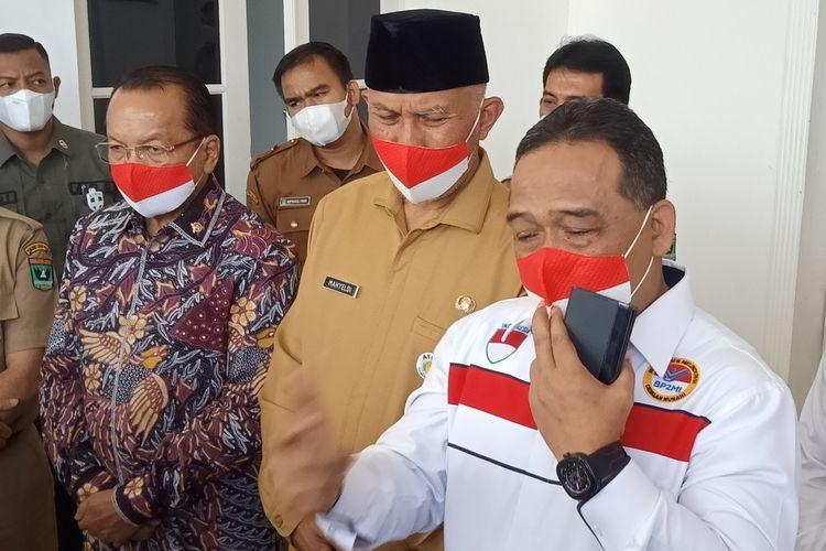Ketua BP2MI Benny Rhamdani (kanan) didampingi Gubernur Sumbar Mahyeldi (tengah) dan Anggota DPR RI Suir Syam (kiri) memberikan keterangan pers, Senin (7/6/2021) di Padang