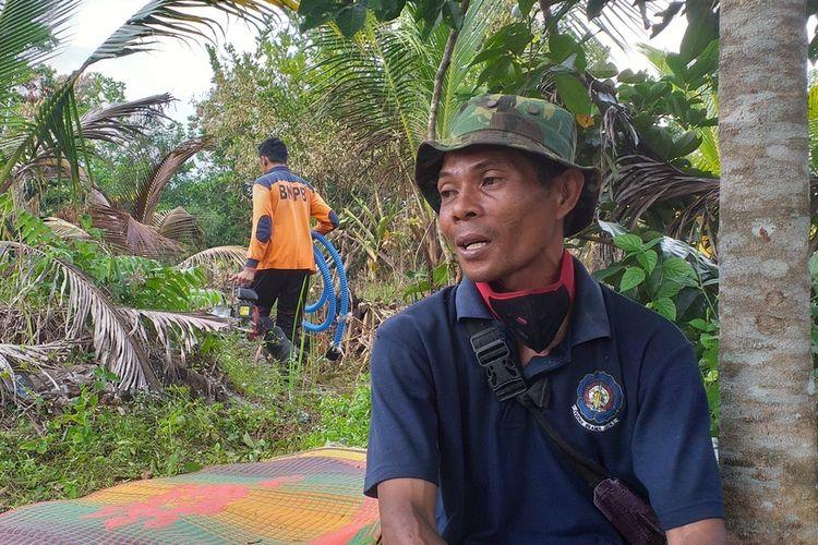Relawan MPA, Riyanto, saat beristirahat usai berjibaku memadamkan api karhutla di Jalan Riau ujung, Kelurahan Air Hitam, Kecamatan Payung Sekaki, Kota Pekanbaru, Riau, Minggu (19/1/2020).