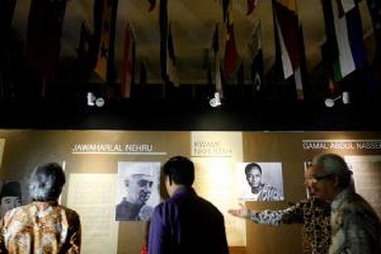 Sejumlah foto dokumentasi, baik peristiwa maupun potret tokoh, dipamerkan dalam Pameran Foto Membangun Solidaritas Asia Afrika di Museum Konferensi Asia Afrika, Bandung, Jawa Barat, Selasa (12/8/2014). Pameran itu terkait dengan tumbuhnya Gerakan Non Blok.