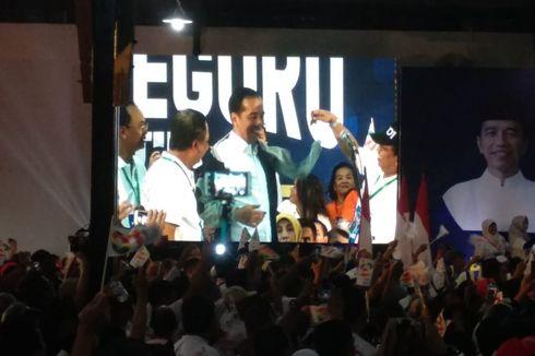 Menristekdikti Pakaikan Jokowi Jaket dari Alumni Undip