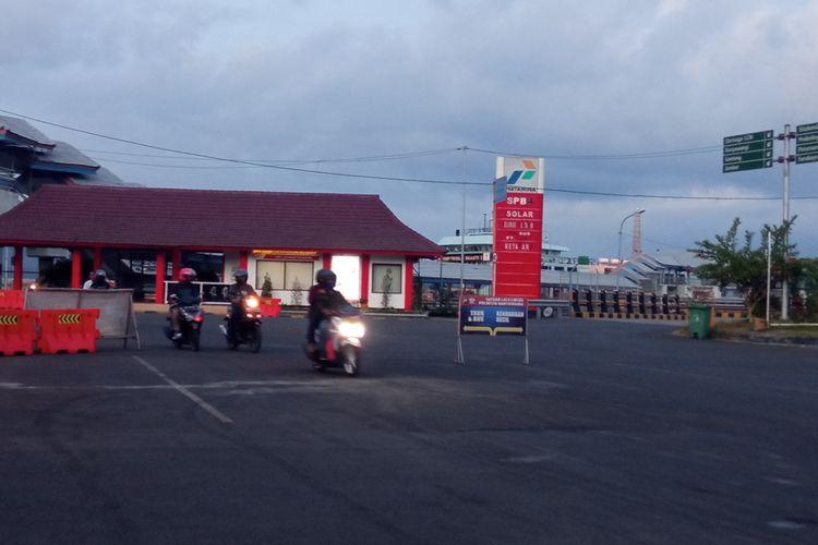 Sejumlah pengendara roda dua keluar dari Pelabuhan Ketapang, Banyuwangi, Senin (3/5/2021).