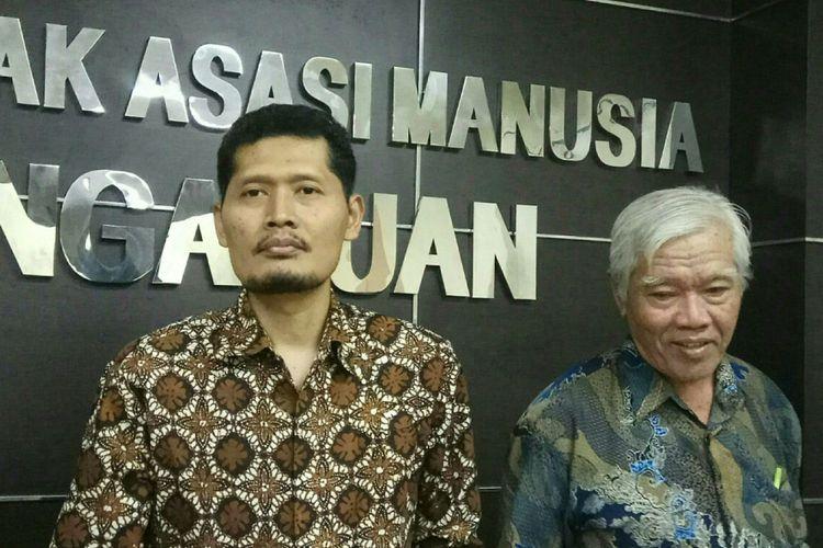 Komisioner Komisi Nasional (Komnas) Hak Asasi Manusia (HAM), Muhammad Nukhoiron (kiri) bersama dengan Ketua Yayasan Penelitian Korban Pembunuhan 1965-1966, Bedjo Untung (kanan) di kantor Komnas HAM, Jakarta, Selasa (24/10/2017).