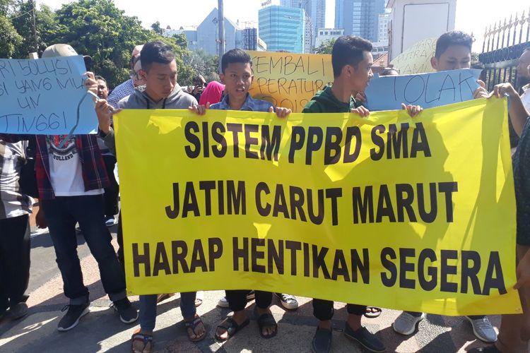Aksi wali murid dan calon peserta didik memprotes PPDB sistem zonasi di depan Gedung Negara Grahadi Surabaya, Rabu (19/6/2019)