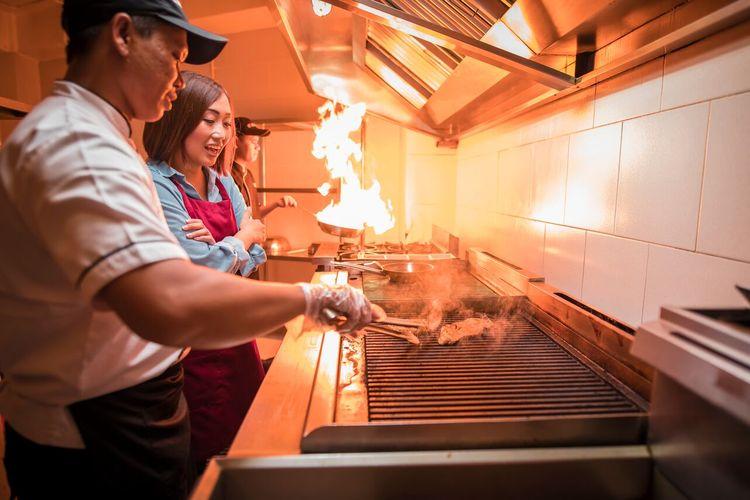 Proses memasak steak di STEAK HOTEL BY HOLYCOW! Foto diambil sebelum pandemi virus corona.